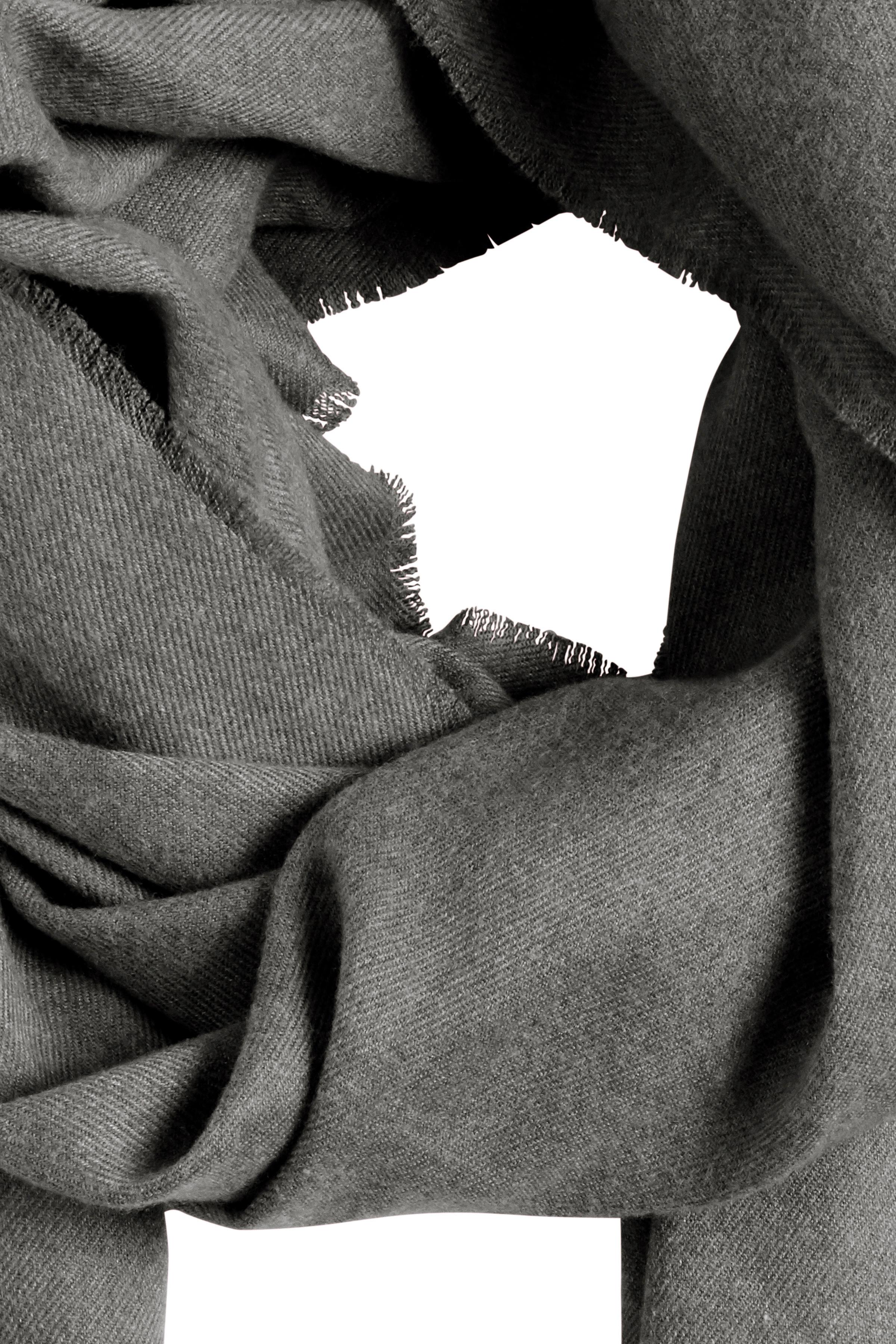Mørk gråmeleret Tørklæde fra Ichi - accessories – Køb Mørk gråmeleret Tørklæde fra str. ONE her