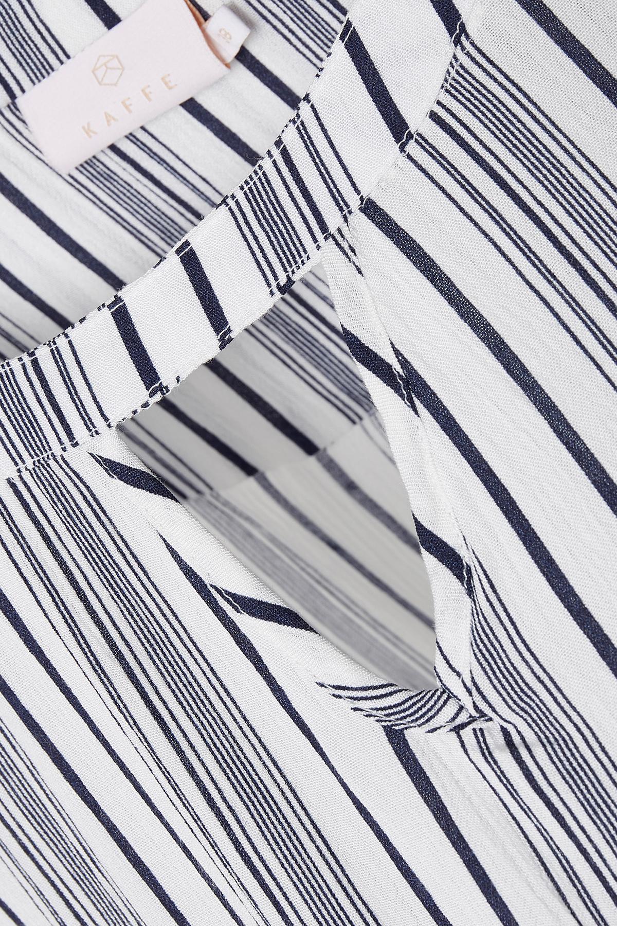 Off-white/marinblå Långärmad blus från Kaffe – Köp Off-white/marinblå Långärmad blus från stl. 34-46 här
