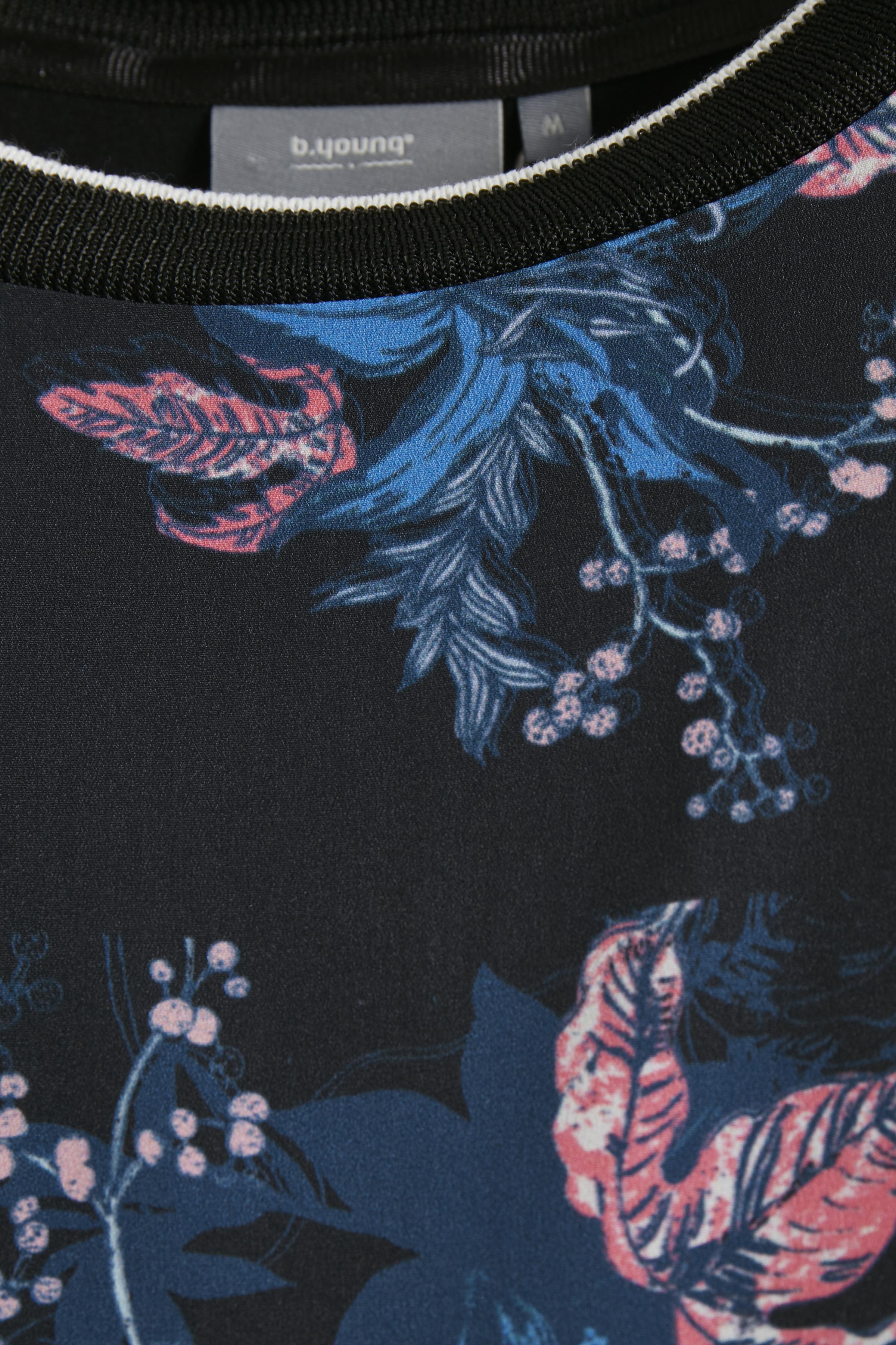 Zwart/blauw T-shirt korte mouw van b.young – Door Zwart/blauw T-shirt korte mouw van maat. XS-XXL hier